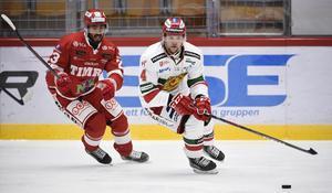 Jeremy Boyce och Viktor Amnér, två spelare som följt med Timrå och Mora ned i allsvenskan. Ni ser dem mötas när Hockeypuls direktsänder premiären av SCA-cupen 28 augusti.