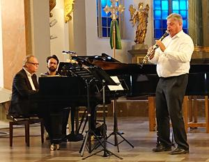 """Love Der winger på piano och Kjell Fagèus klarinett. Ansiktet i mitten tillhör vår egen Marco Fonseca som denna gång tjänstgjorde som """"bladvändare vid pianot. Foto Uno Gradin"""