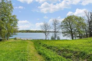 Flottskärsvägen 83 på Väddö har utsikt över vattnet.
