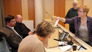 Lena Svahn, (MP), blev efter sluten votering, vice ordförande i kommunstyrelsens arbetsutskott.