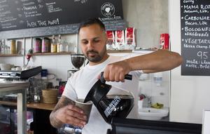 Efter ett år med Hamnens café har Mikael Özgun både fika och lunchmat. Nästa sommar hoppas han även ha en uteservering med glasskiosk vid vattnet. Först om två år kommer området att vara färdigbyggt, tippar han.