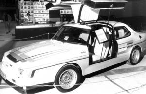 Ett exklusivt nybygge signerat Leif Mellberg i Nyköping var med på mässan 1983. Det var en Saab Turbo med måsvingedörrar.