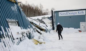 Även taket till Ullmarks ställningsmontage och transport rasade in. Det ledde inte till några personskador, men bland annat förstördes en båt och några bilar.