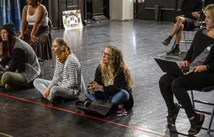Läraren Karin Brorsdotter-Larsson regisserar uppsättningen.