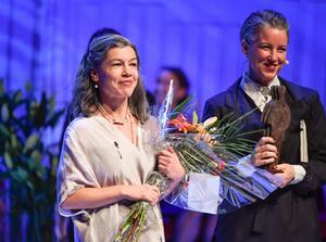 Pontus Lundahl/TTSara Lundberg (med blommor) fick årets Augustpris för