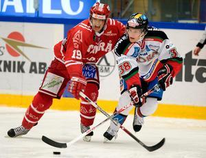 Adam Masuhr, då Andersson, i Moras tröja hösten 2007 mot Timrås Björn Svensson. Foto: Bildbyrån