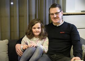 Timråtränaren gillar att spendera sin lediga tid med dottern Molly och särbon Viktoria.