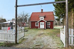 Liten gård i mysig bymiljö. Ellheden i Djurås. Foto: Eric Böwes, Svensk Fastighetsförmedling
