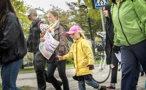 Mamma Maria och dottern Lova Berglind går med i demonstrationståget upp till kommunhuset.