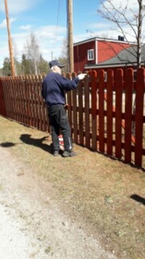 Tommy Stens målar staketet vid Oreparken.