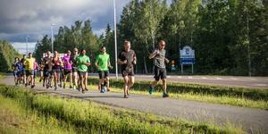 Reportern, som dessvärre inte joggade själv, följde med sin kamera motionsgänget som tog sig an kilometer efter kilometer.