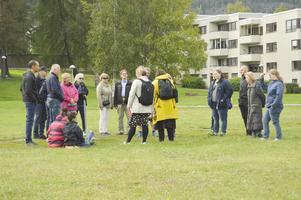 Ungefär här låg Runeborg, till höger om Frösöbron vid vattnet. Här vid en stadsvandring på Frösön i september. Foto: Hilma Palmqvist Adolfsson