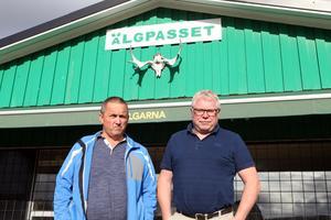 Arve Törnqvist, ordförande i IF Älgarna, och Niclas Hälldahl, dito i Härnösands FF, framför Älgpasset på Ängevallen – den nya föreningens hemmaplan.
