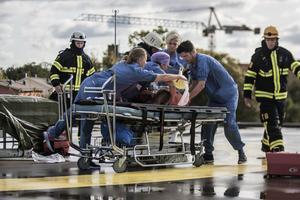 Sjukvårdspersonal var snabbt på plats och lyfte försiktigt upp de frivilliga skademarkörerna på bårar.