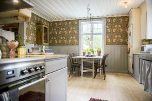 Köket har renoverats med enkla medel. De gamla luckorna målades om, bänkskivorna slipades och knopparna byttes ut. Pälrspont och foder har målats grå.