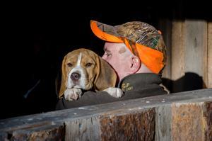 Mattias Pinni med beaglen Zigge som jagar annat än älg.