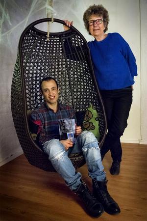 Esmat Nabi var ett ensamkommande flyktingbarn när han dök upp i Sverige som 14-åring. Han berättade sin historia: om uppväxten, flykten och om mötet med det nya landet. Författaren Monica Zak skrev boken Jag är en pojke med tur.