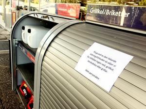 Skåpet med briketter och grillkol är stängt på grund av det skärpta eldningsförbudet. Tills vidare säljer OKQ8 på Norbergsvägen inte varor som används för att grilla.