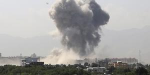 Rök från en bomb som exploderade i Kabul den 1 juli i år.