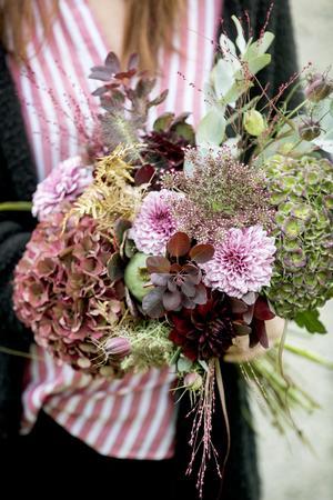 En vacker bukett i de hösttoner Anna Eiward gillar bäst. Många av växterna i buketten kan torka fint sedan; hortensian, vallmokapseln, eukalyptusen och jungfrun i det gröna, till exempel.