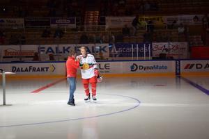 Emil Bejmo presenteras på isen under MIK-dagen.
