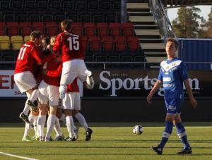 IFK-spelarna firar Brian Wakes ledningsmål i segern i kvalmötet med Alvik.