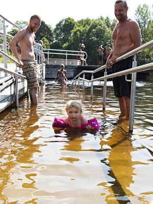 Siri Pouzar – här tillsammans med pappa Alexander och farfar Wolfgang – håller sig mest på rampen när hon badar. Utanför är det strömt och djupt.