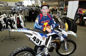 """12 år och veteran. 12-årige motocrossföraren Elias Persson från Hallstavik visade upp sin motorcykel. """"Jag har kört sedan jag var 3 år,"""" berättade han. Foto: Per G Norén"""
