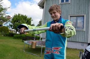 Sebastian Selvin, 14-årig speedwayåkare från Hasselfors, tränar överarmarna.