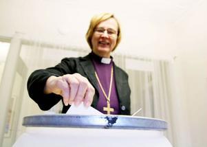 Biskopen Tuulikki Koivunen Bylund var snabb med att rösta i årets kyrkoval.