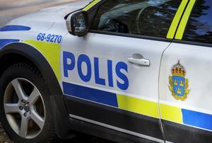 """Från och med 1 januari 2017 är ordet """"Polis"""" och vapnet som polisen och säkerhetspolisen håller sig endast tillåtet på riktiga polisfordon. Undantaget är personer som sökt och erhållit giltigt tillstånd."""