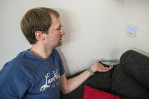 Panelen vid soffan används för att styra audiosystemet och tv:n.