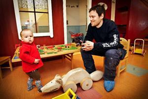 """Fredrik Olovsson besöker sjukhuset tillsammans med sin 2-årige son Olle. """"Det känns inte rätt att spara på barn och kvinnor. Det är lätt att det slår tillbaka"""", säger Fredrik."""