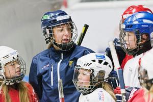 Wilma Wäng Germundsson är omringad av hockeysugna tjejer den här veckan.