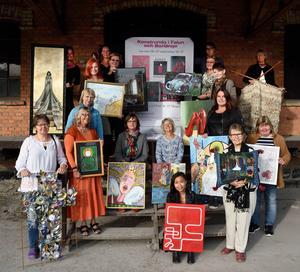 Några av medlemmarna i Konst i Kvadrat som visar konst och hantverk i Magasinet under helgen.