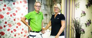 Claes Adolfsson har stortrivts under alla år, men nu säljer han färghandelsdelen i sitt företag Färgcenter efter 31 år. Frun Anita har varit anställd i affären i 20 år.