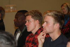 Koncentrerade miner syns från tre ÖFK spelare vid gårdagens upptaktsträff inför 2014. Från vänster lyssnar Thomas Boakye, Robert Hammarstedt och Dennis Widgren.Foto: Per Hansson