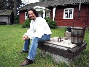 Kyrkokören hemma i Leksand var Johan Wikströms första möte med sången. I dag arbetar hans om musikalartist och skådespelare sedan tjugo år. I sommar ser vi honom som Hellgum i Ingmarsseplet.