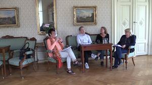 Kommunen vill att det ska bli tydligare hur kommunens pengar används i En bra start. På bilden syns kommunstyrelsens ordförande, Inger Källgren Sawela (M), Jan Myléus (KD), Ann-Helen Persson (C) samt Helene Åkerlind (L).