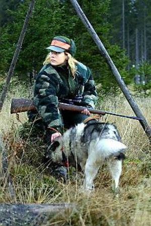 Foto: LEIF JÄDERBERG På sin vakt. Camilla Ljung spanar över Borrsjöåns jaktmarker i hopp om att få se älgen. Men den här dagen hade hon ingen tur.