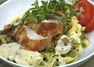 Kalkonfilé är en lättlagad, benfri köttbit som kan stekas klar i pannan. God att servera med gräddig svampsås.    Foto: Dan Strandqvist