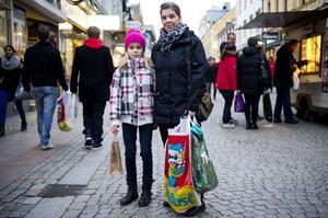 Linn Gidlund handlar de sista klapparna med mamma Sara Hedberg.