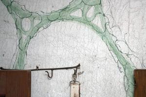 Ett väggparti i den lilla entrén i bryggstugan där man gjort marmoreringar på väv någon gång mellan 1860-1870.