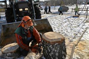 För tre veckor sedan fällde Sören Stenefjord träden. Igår fick han plocka bort lekutrustningen från Saltängsskolans gård.