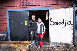 Smider planer ihop. Lars-Erik Sundin och Pia Gustavsson utanför smedjan.