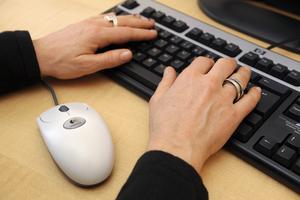 Kvinnor sitter oftare stilla på jobbet än män enligt en ny kartläggning.