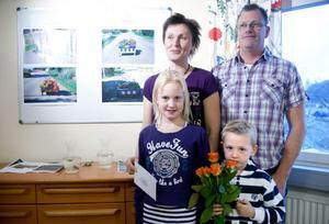 Familjen Viklund/Hultman tog hem andraplatsen för Odalvägens blomlådor. Mamma Maria Viklund och pappa Johnny Hultman tog med sig barnen Jesper och Josefin Viklund till prisutdelningen.