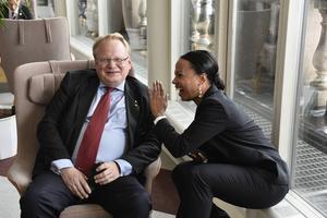 Försvarsminister Peter Hultqvist och kulturministern Alice Bah Kuhnke uppsluppna och glada tillsammans. Men Kulturen och bildningen skulle också behöva sitt eget Folk och försvar.