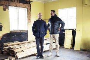 En hel del arbete kvarstår innan publiken kan ta plats i det gamla tvätteriet i Sundborn. Mattias Åhlén och Jon Karlsson varvar repetitioner med praktiskt arbete i lokalen.