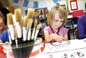 Femåriga Nora Jern, fem år, målade ett av sina favoritmotiv: hus. Hon var ett av sju barn på barnklinikens lekterapi som fick måla tavlor i går.